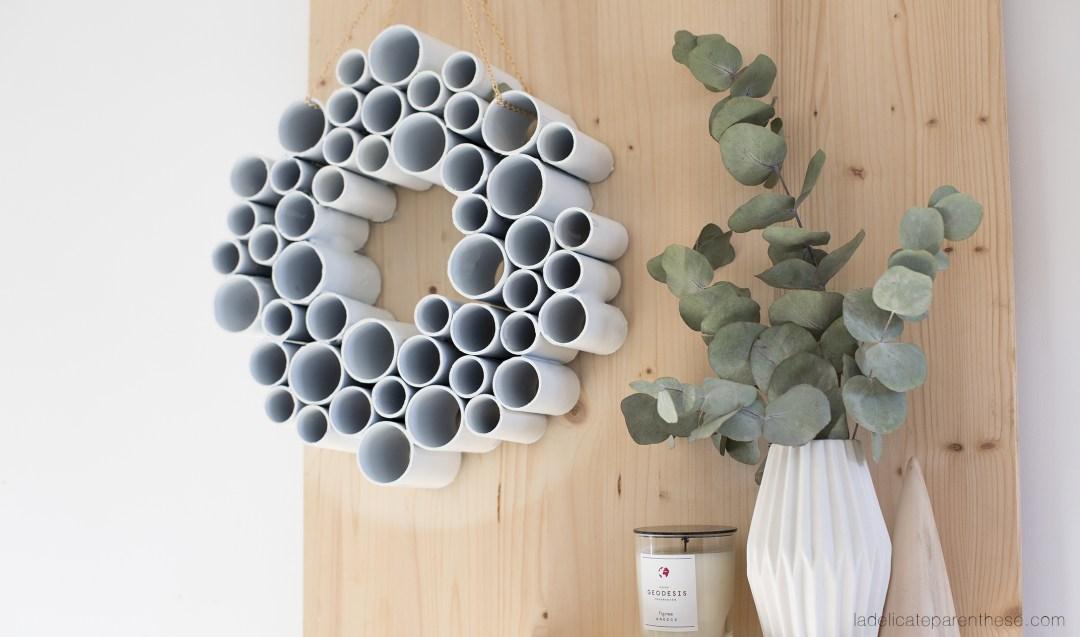 Décoration murale DIY blog couronne de porte en tubes de pvc
