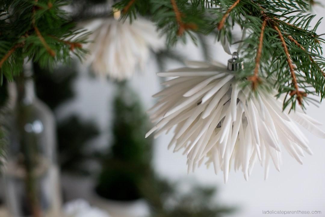 boule de noel fleurie en détournant des fleurs artificielles