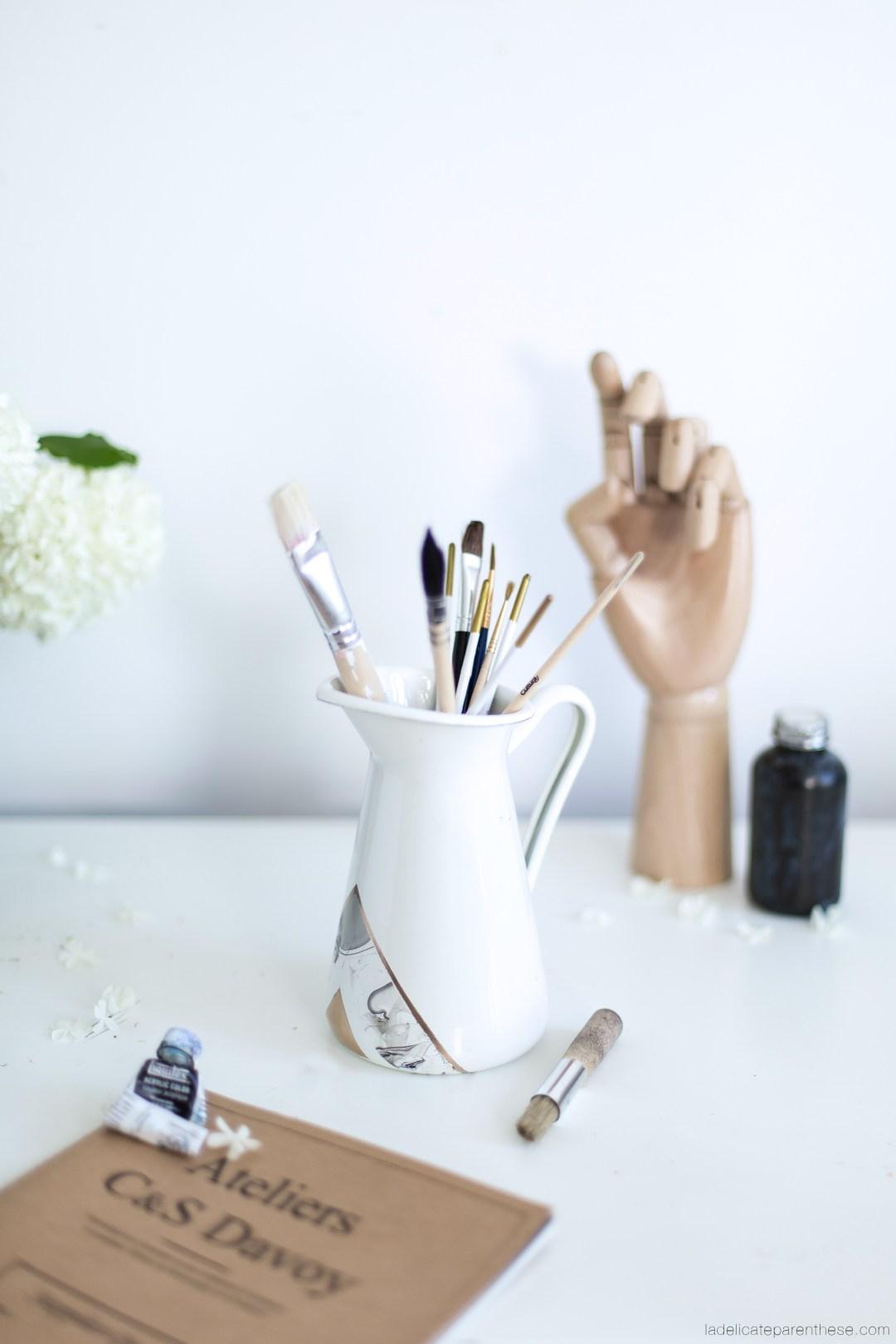personnaliser un vase ikea avec du vernis pour un effet marbré