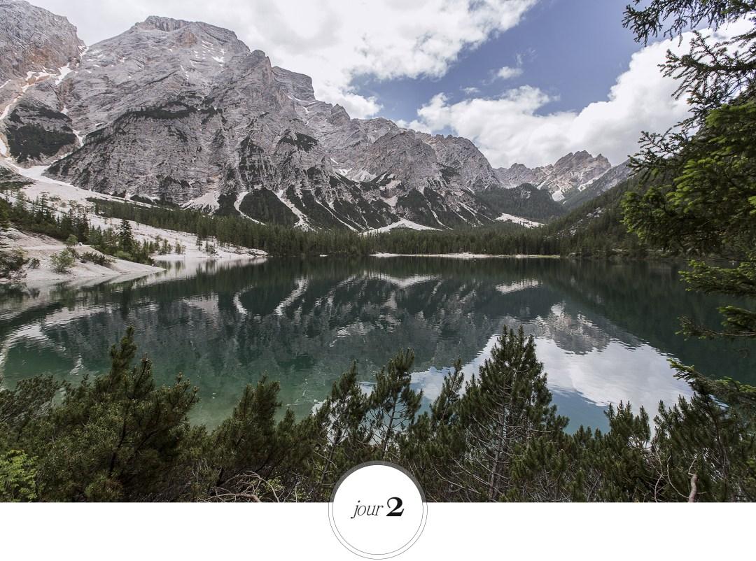 vue imprenable sur le Lac de Braies- Dolomites durant roadtrip Italien