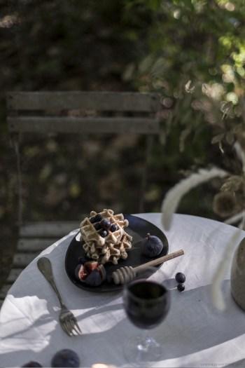 Waffle et fruits des bois set design, stylisme photo pour un diner automnal en pleine nature