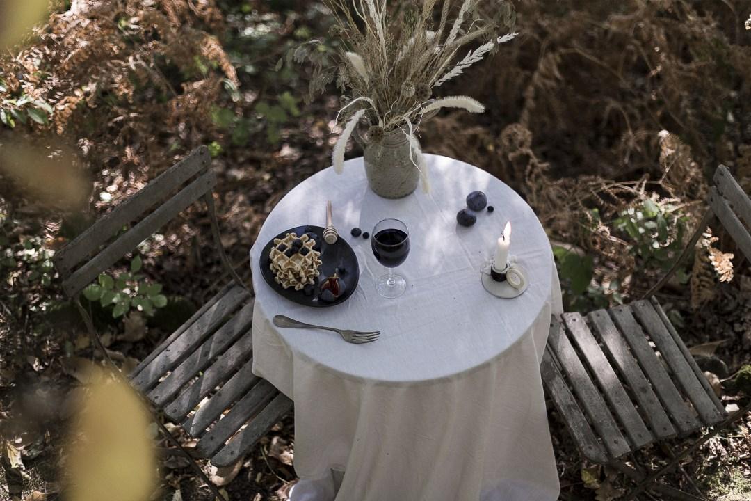 un moment de détente en pleine nature pour un diner authentique dans des teintes orangées