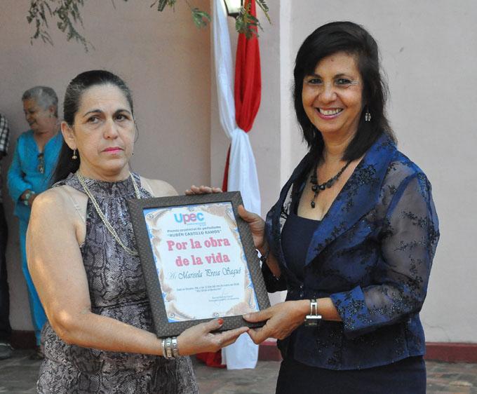 Marisela Presa recibe el Premio Rubén Castillo Ramos, de manos de su hija Esther Castillo/ Foto Rafael Martínez Arias