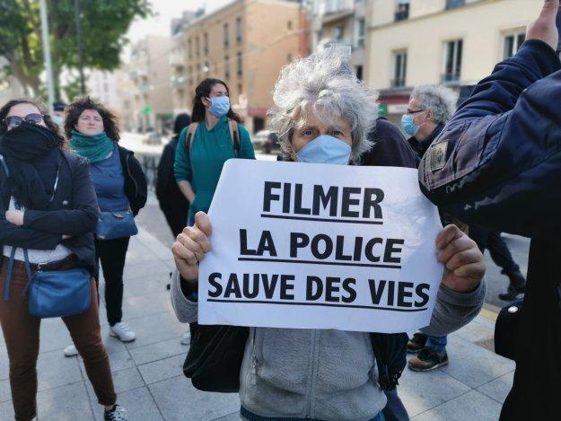 200512 - Une manifestante contre les violences policières Île-Saint-Denis by Madjid Madj Messaoudene - La Déviation