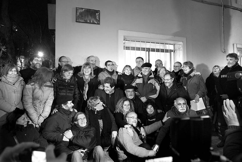 Integrantes del Colectivo de ex Presos y Torturados de la Dirección Nacional de Información e Inteligencia posan bajo una placa conmemorativa, ayer, en la sede del organismo. Foto: Carlos Contrera
