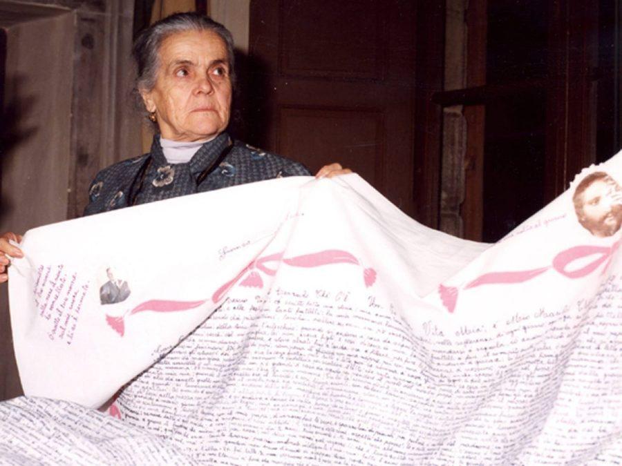 Clelia Marchi con il suo lenzuolo