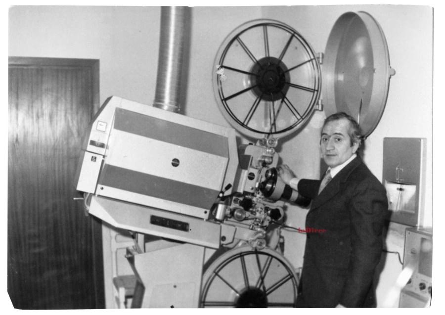 Pesaro, 1972: Mario Filanti con il proiettore del cinema San Carlo