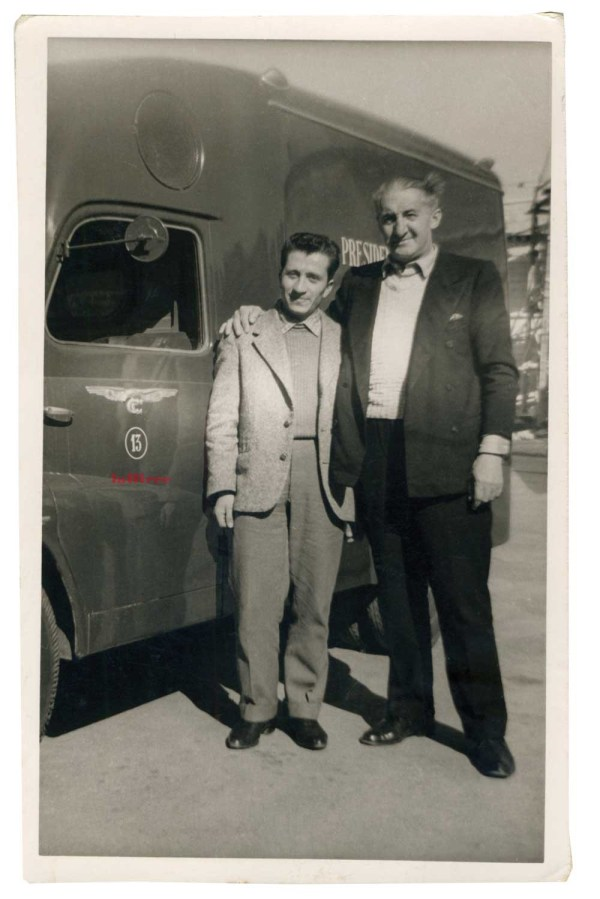 Roma, 1953. Mario Filanti e Remiglio Villani davanti al cinemobile