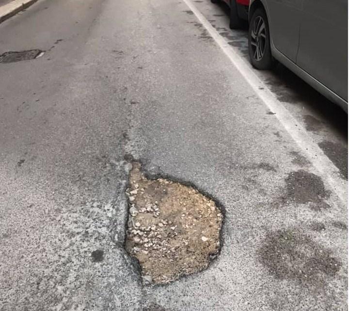 Buca in via Monte San Michele. Di Pierro: danneggia auto e mette a rischio l'incolumità dei passanti