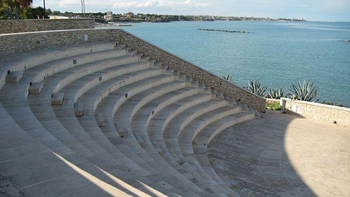 """Il Teatro Mediterraneo """"inaugurato"""" dai vandali e il Comune spende soldi per le riparazioni"""
