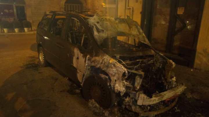 Auto incendiate nella notte in vico III Presepe