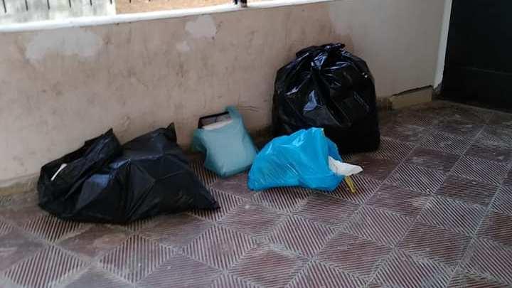 Cumuli di rifiuti lasciati anche davanti ad una scuola dell'infanzia