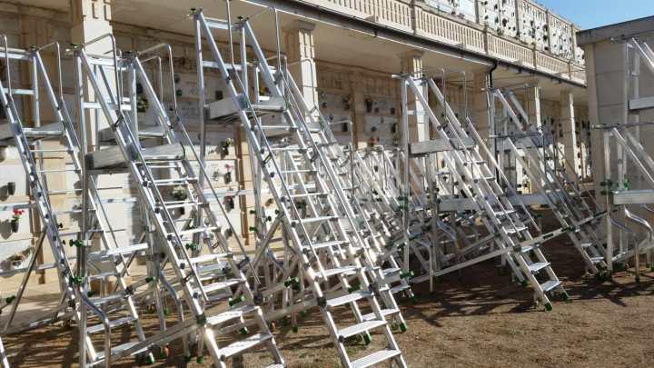 Cimitero, il Comune acquista nuove scale ed effettua lavori di manutenzione