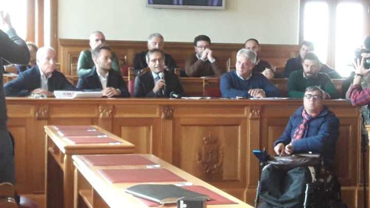 Bilancio bocciato, Angarano e assessori in conferenza: «Non accettiamo lezioni di moralità da Spina»