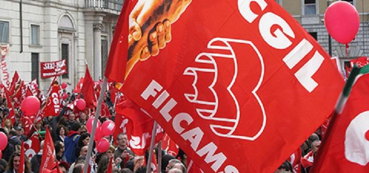 Dal Comune nessuna proroga del contratto, sit-in di protesta dei lavoratori licenziati dall'impresa di pulizie