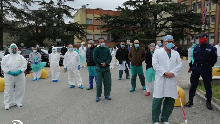 Per ricordare le vittime del Covid-19, bandiere a mezz'asta all'Ospedale di Bisceglie