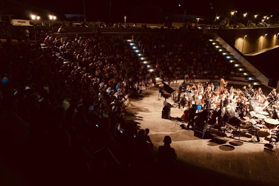 L'Orchestra Filarmonica Pugliese si esibisce alle prime luci del mattino. Al termine, sospiro e caffè per tutti
