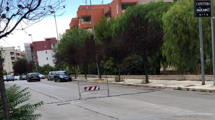 """Transenne sui tombini: il nuovo modo di provvedere alle """"riparazioni stradali"""""""