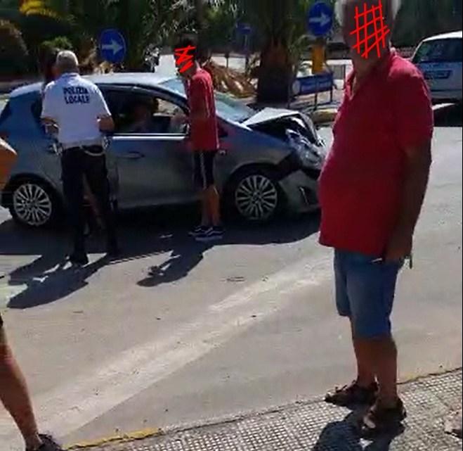 Incidente alla rotonda di via Sant'Andrea: nessun ferito ma tanto spavento