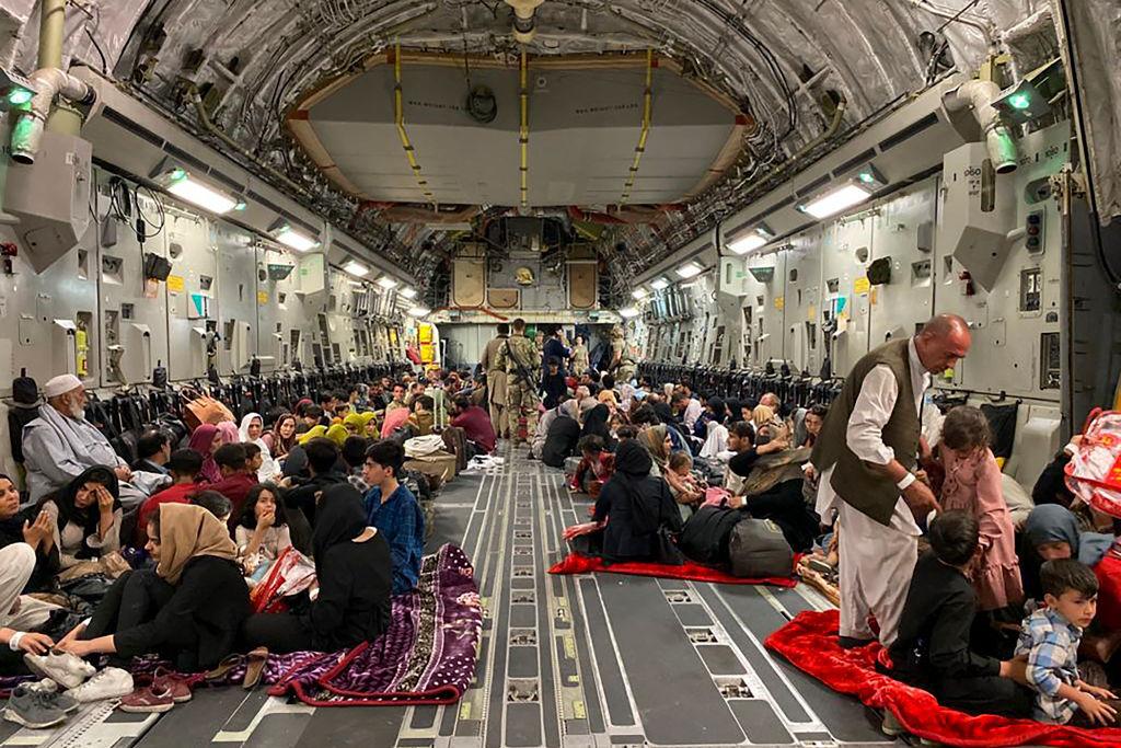 afganka-rodzi-w-samolocie