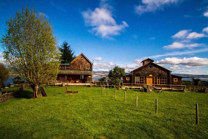 Nossa cabana, Lodge, e, ao lado, o Fogão chilote, cabana para os assados