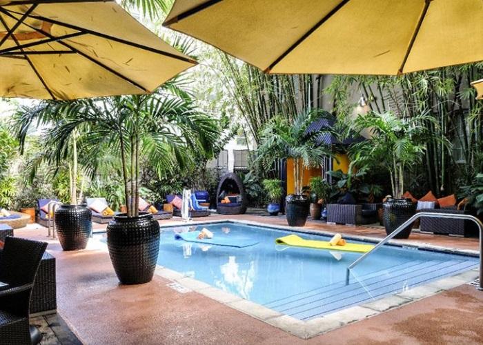 Uma das piscinas do Riviera South Beach, hotel em Miami (foto: Divulgação)