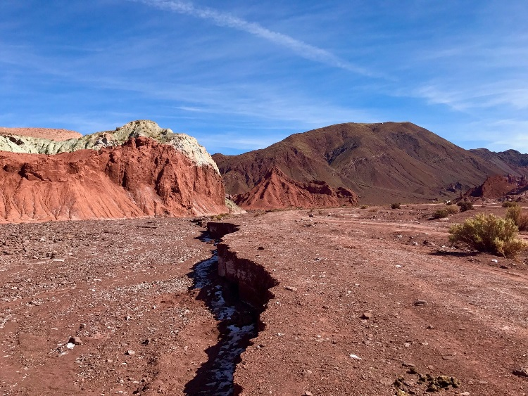 Acima, vale do arco-íris, passeio combinado com a visita aos petroglifos