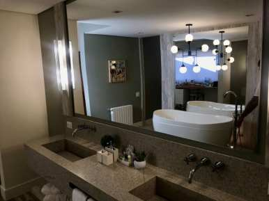 Banheiro gigante com a estrela do chalé, a banheira (Andrea Miramontes/ Lado B Viagem)