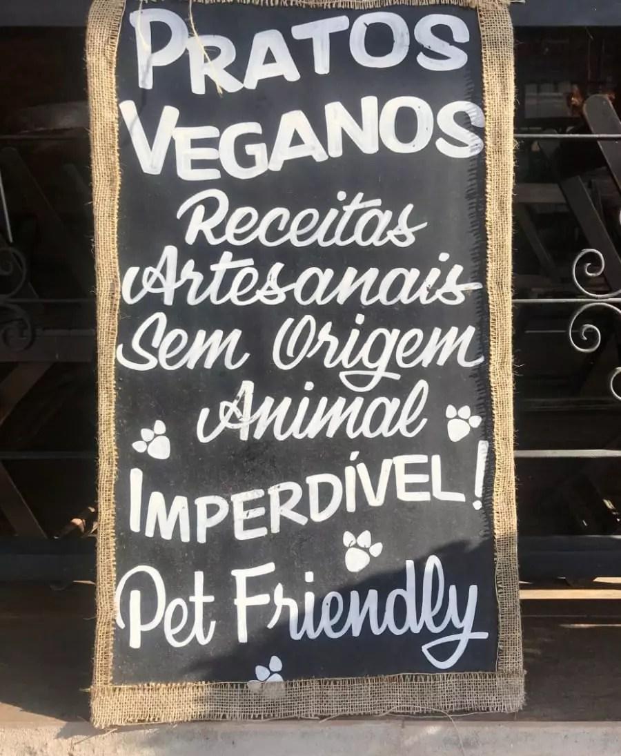 Comida vegan com seu dog do lado, em Monte Verde - Andrea Miramontes / Lado B Viagem