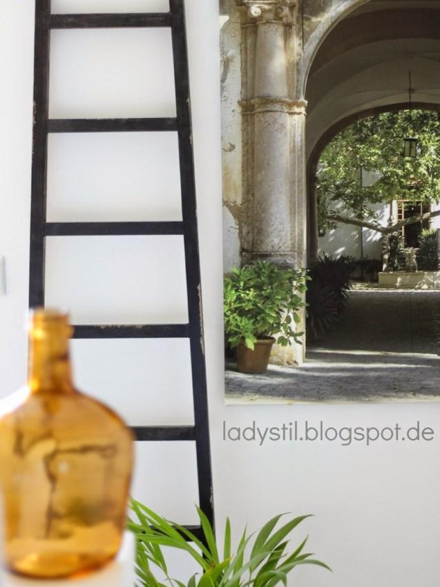 Vase im Vordergrund mit Leiter und Leinwand im Hintergrund