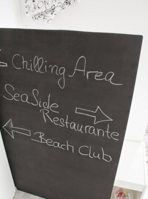 Bettverkleidung mit Tafellack im Beach-Club-Style