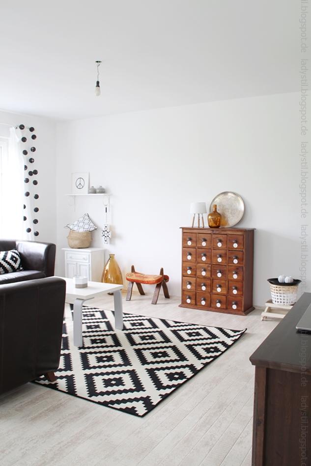 Blick ins Wohnzimmer mit Baulampe