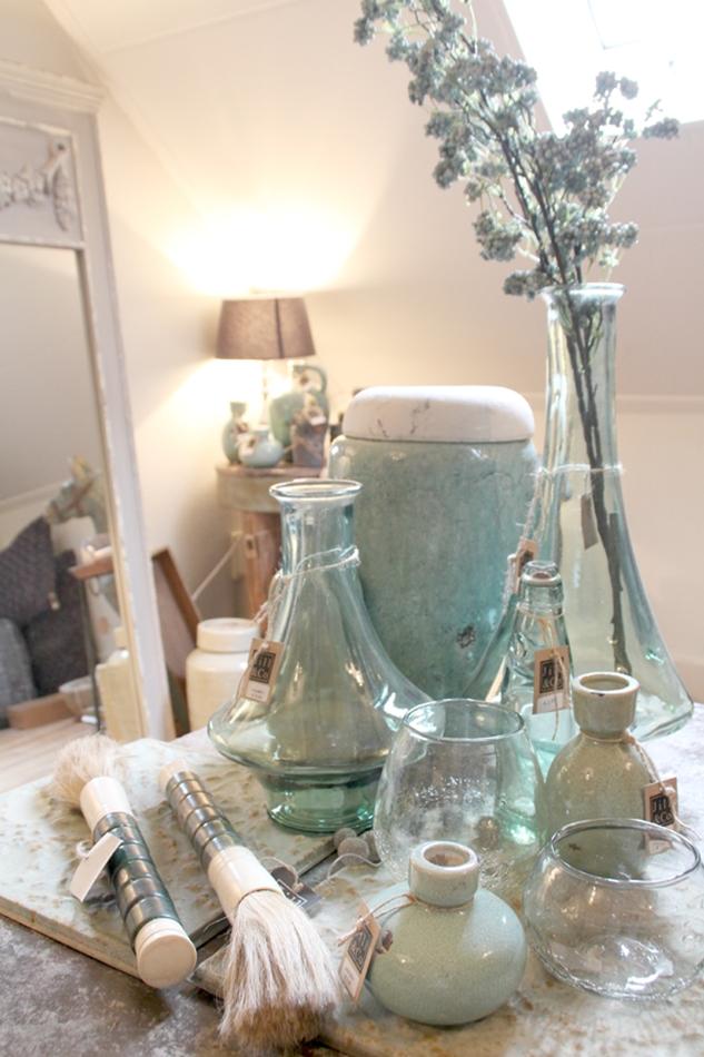 kleiner Tisch mit chinesischen Pinseln und kleinen grünen Vasen und Behältnissen