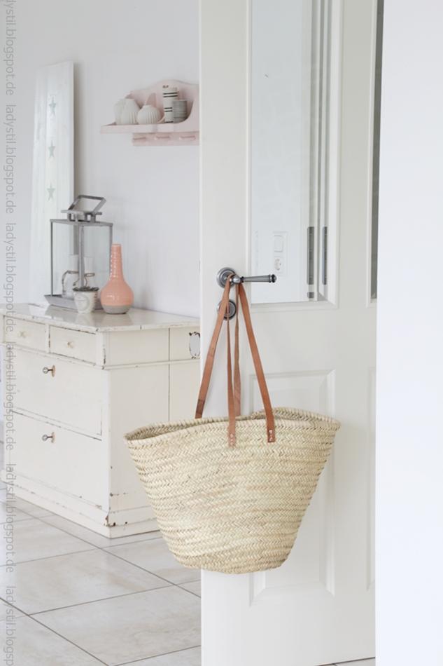 Esszimmertür mit Korbtasche und im Hintergrund antike Kommode mit Accessoires