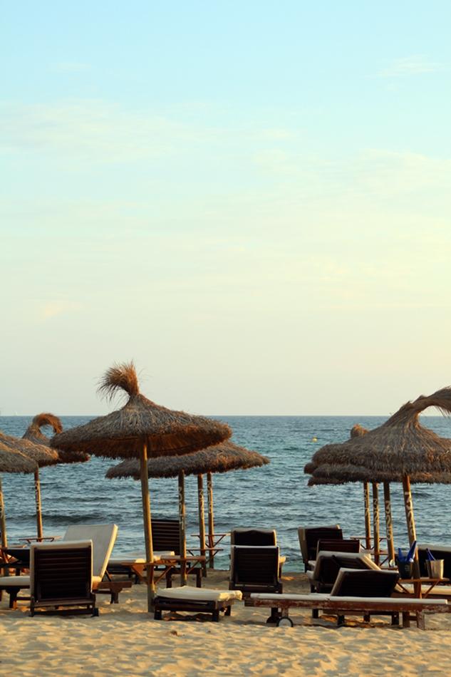 Blick auf den Strand des Nassau Beach Club mit Strandliegen und Schirmen