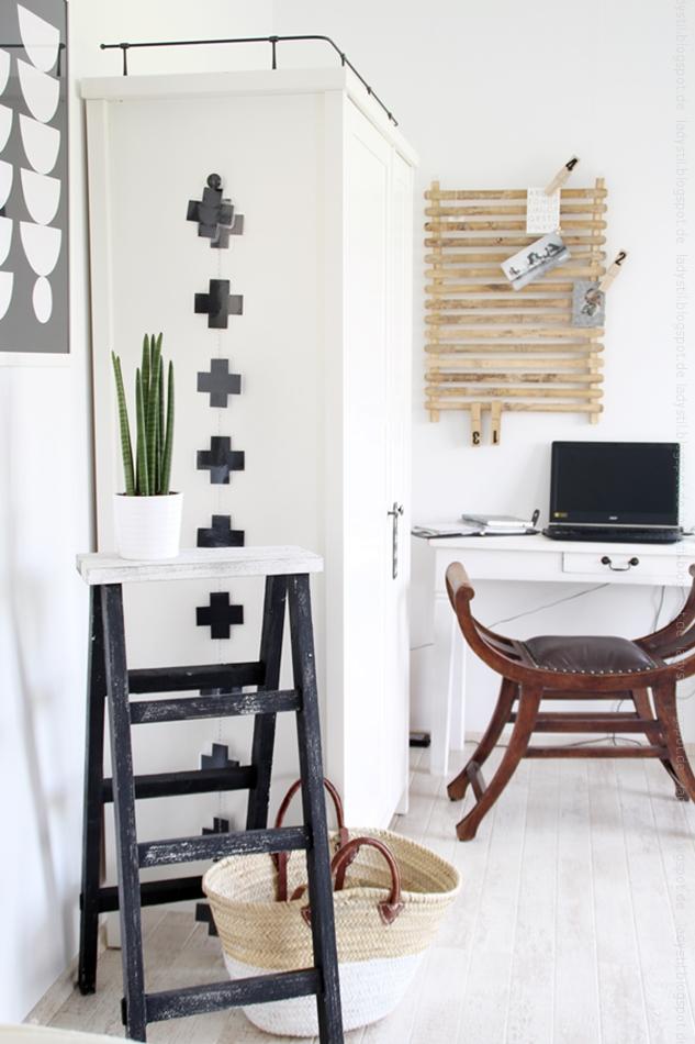 Überblick Büro-Ecke mit Schreibtisch und Schrank in weiß und Stuhl in Holz schwarze Accessoires