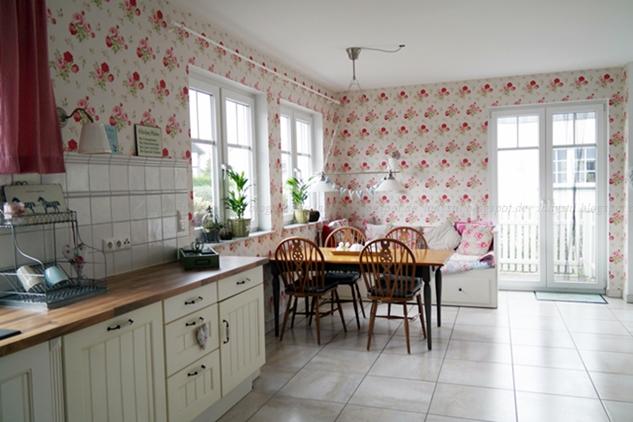 Vorher Nachher Fotos der Küchenrenovierung, hier Vorher mit Blumentapete von Cath Kidston