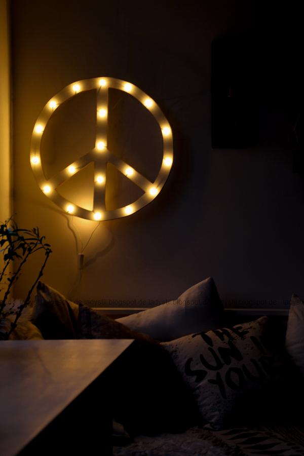 DIY Peacezeichen Leuchtobjekt bei Nacht