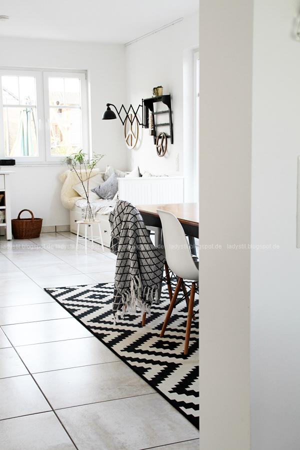 Blick vom Wohnzimmer übers Esszimmer bis zum Tagesbett in der Küche mit Peaczeichen DIY als Leuchtobjekt