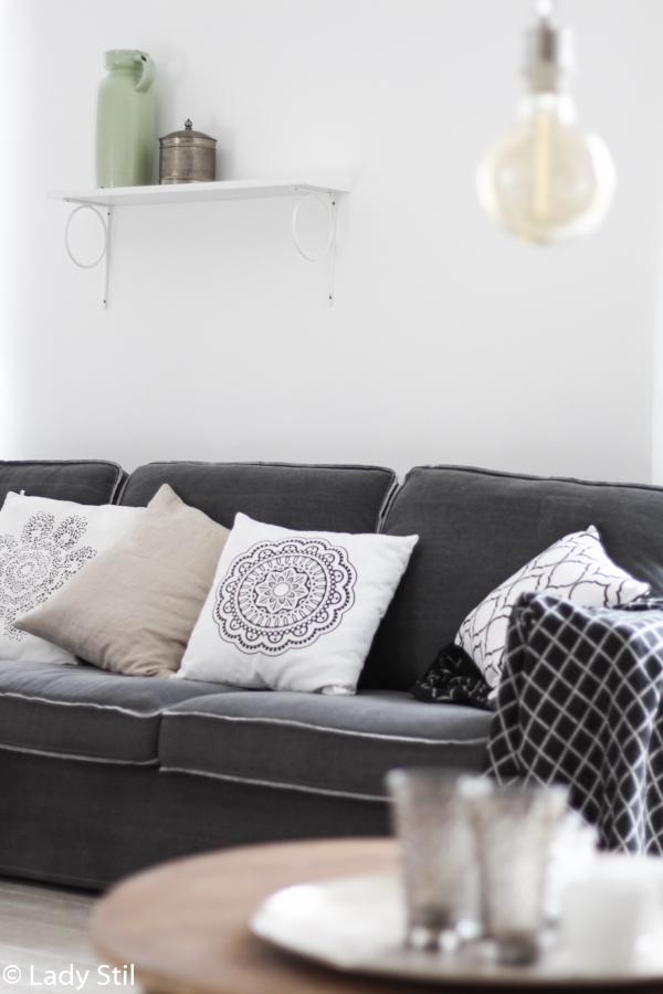 Sofa von Loods5 mit diversen weiß gemusterten Kissen