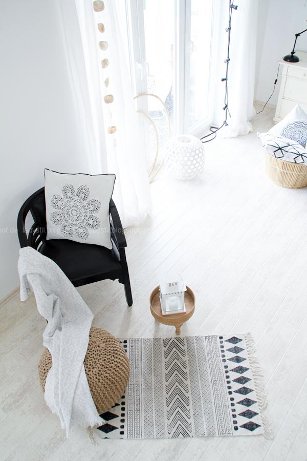 Deko-Donnerstag mit einem Wohnzimmer Update, Deko-Ideen, Inspirationen,Boho-Elemente,Weiß schwarz Holz Dekoration, House Doctor Teppich, Tine K Kissen,