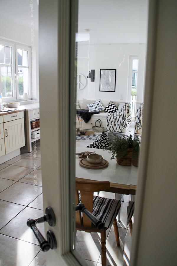 Sich die Lieblingsstadt mit einer Map nach Hause holen! Straßenkarten im stylischen Wandbild-Format für Interiorverliebte.Blick durch Glastür in die Küche