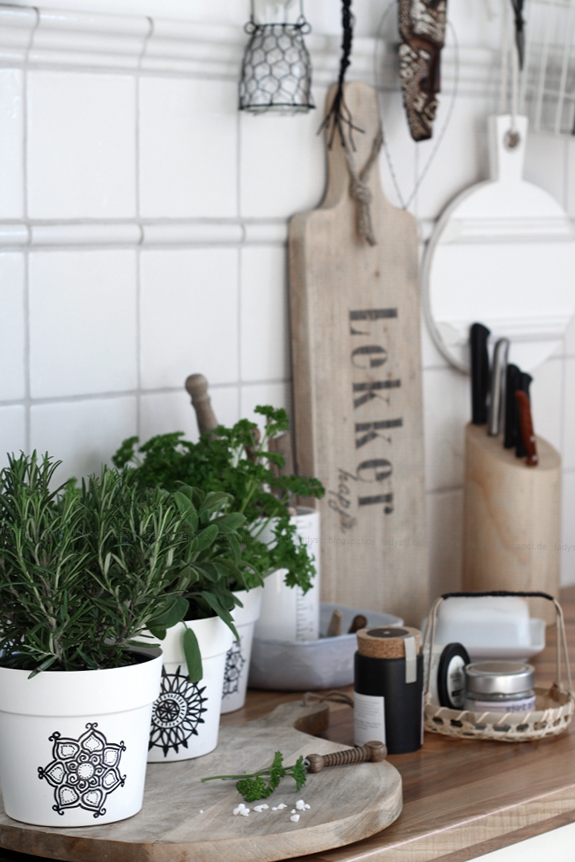 Scandiboho Living Mandala Kräutertöpfe selber gestalten, DIY im Bohostil für die Küche, New Boho in Schwarz Weiß Holz