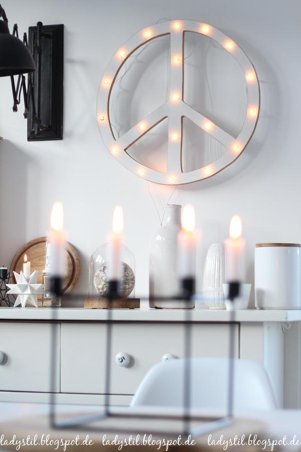 Interior in Weiß Schwarz und Holz im Scandiboho Style DIY Peacelampe