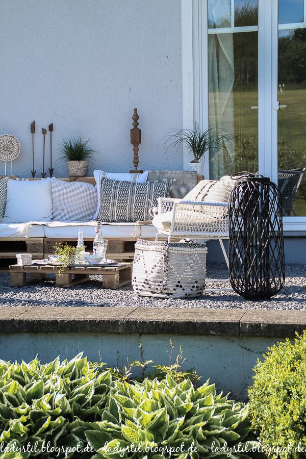 Palettenlounge selberbauen, Dekoideen für Terrasse und Garten, Kissen in schwarz weiß Bohostil, Gartenstuhl Ikea