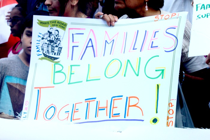 ayudar a familias en la frontera- Families Belong Together