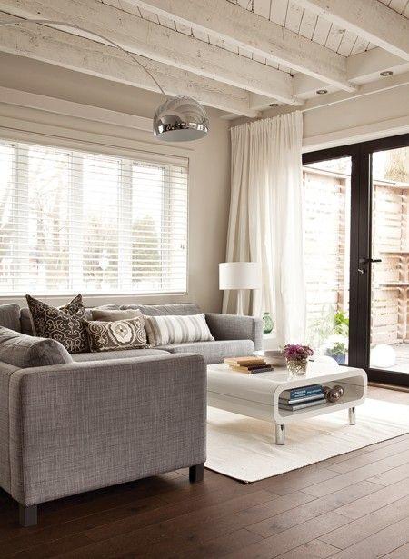 Un precioso saln con un sof gris como protagonista