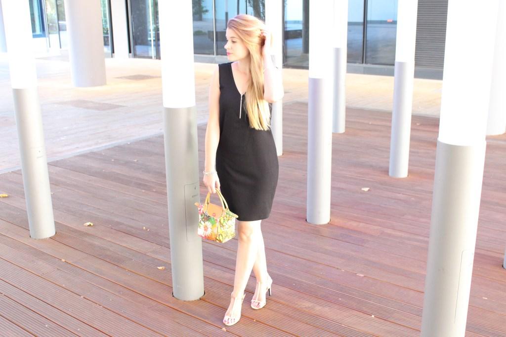 alt-lady-heavenly-look-petite-robe-noire-blonde-hair