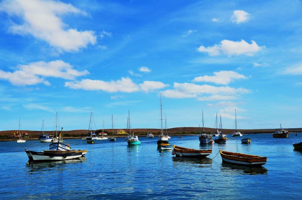 alt-découverte-de-l'île-de-Sal-cap-vert-ocean-bateaux-pecheurs