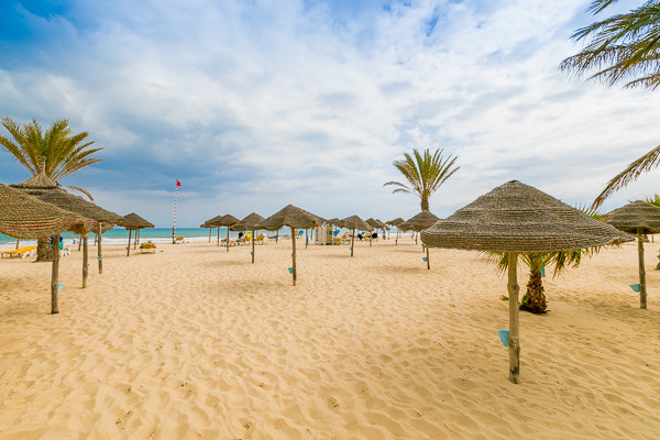 alt-plage-installation-parasol-hammamet-tunisie